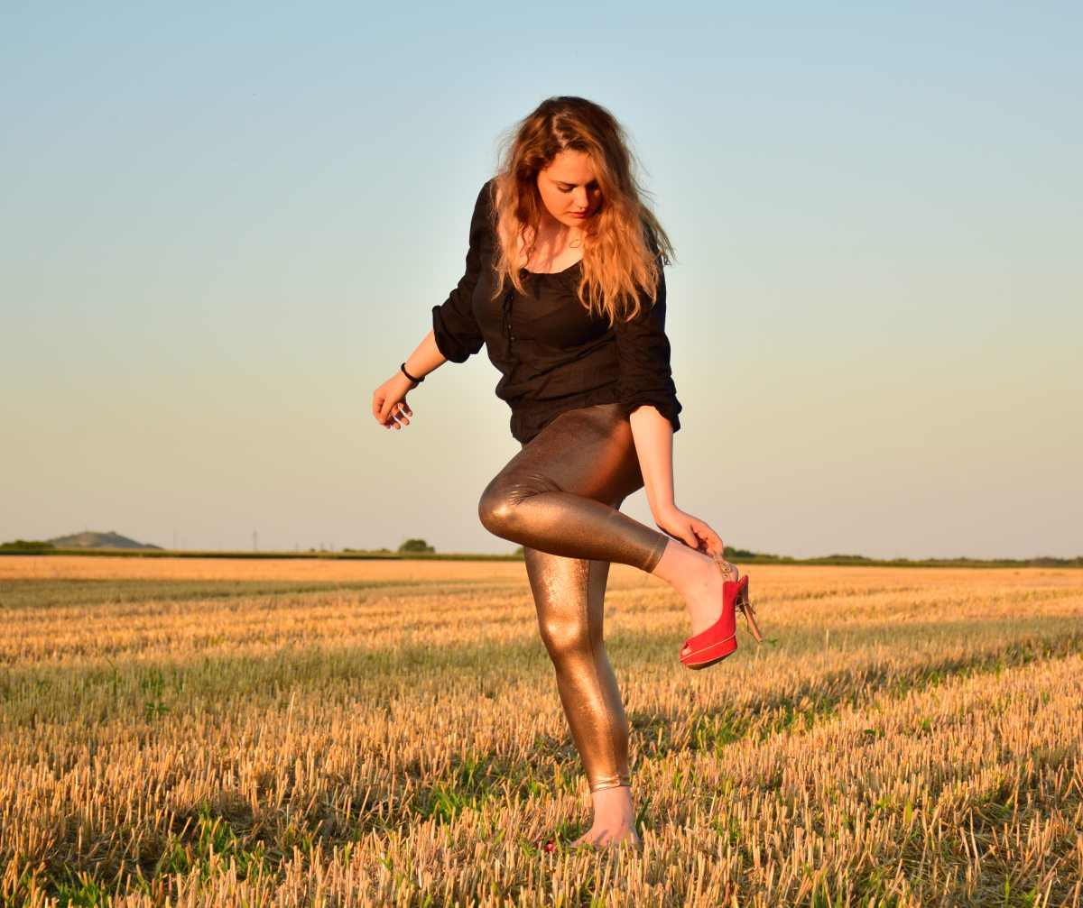 alex-at-field-golden-wetlookleggings-red-high-heels